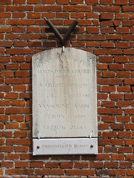 Rouvroy-sur-Serre (Aisne) plaque monument aux morts  sur la mairie-école