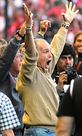 Sabella pitchside dramatically celebrating Estudiantes victory in the Argentine Primera División in 2010