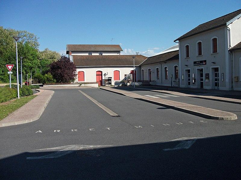 Arrêt minute devant le bâtiment voyageurs de la gare de Saint-Germain-des-Fossés