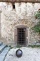 Sankt Georgen am Längsee Burg Hochosterwitz Vorhof mit Verlies-Tür und Eisenkugel 01062015 4372.jpg