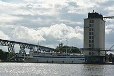 Schleswig-Holstein, Hochdonn, Fähranleger am N-O-Kanal; das Motorschiff Brahe lag dort als Hotelschiff für Wacken Open Air 2015 NIK 5370.jpg