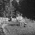 Sibelius-puolisot kesäiltana kasvitarhan penkillä, 1940-1945, (d2005 167 6 101) Suomen valokuvataiteen museo.jpg
