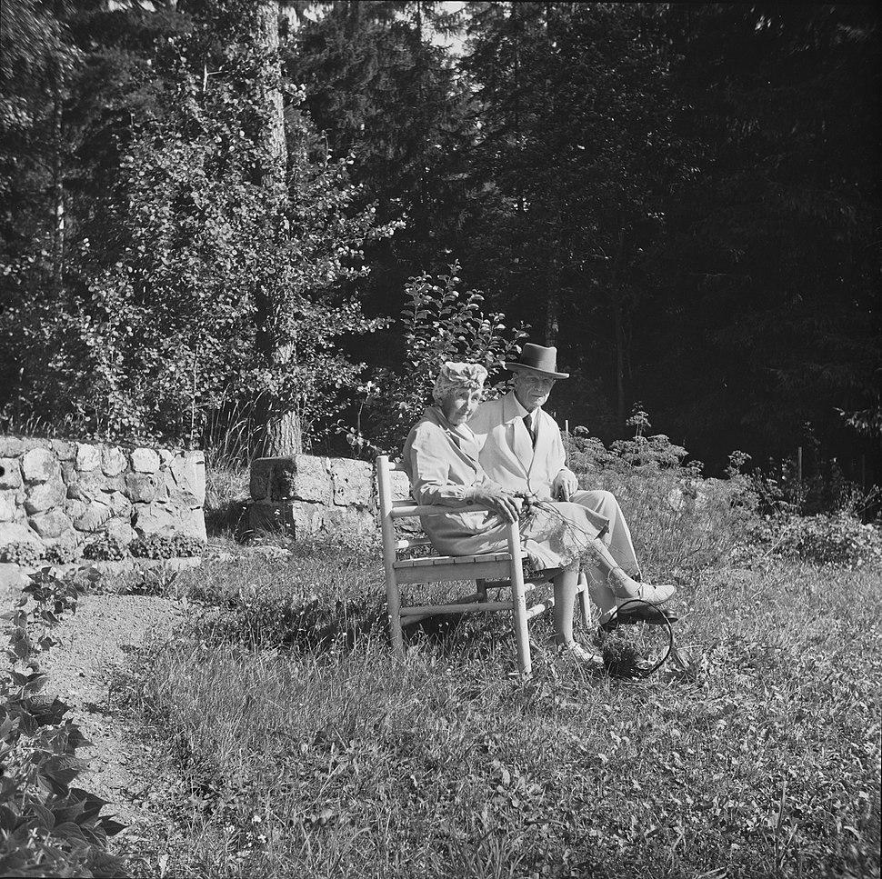 Sibelius-puolisot kesäiltana kasvitarhan penkillä, 1940-1945, (d2005 167 6 101) Suomen valokuvataiteen museo