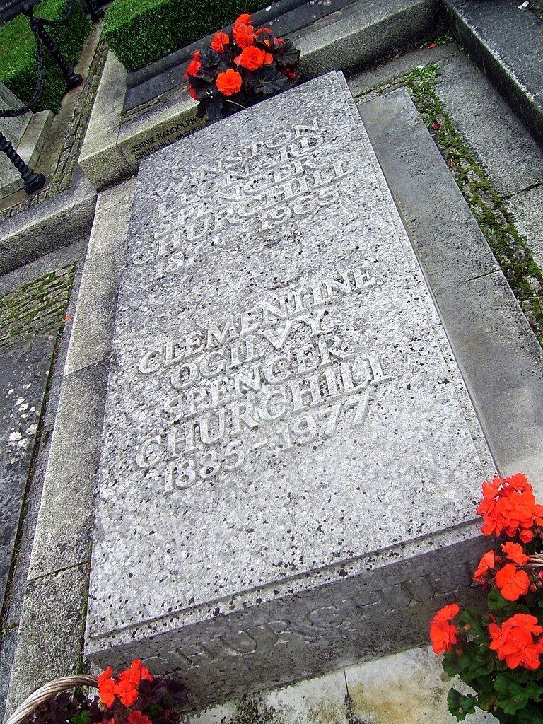 File:Sir Winston and Clementine Churchill's grave ...