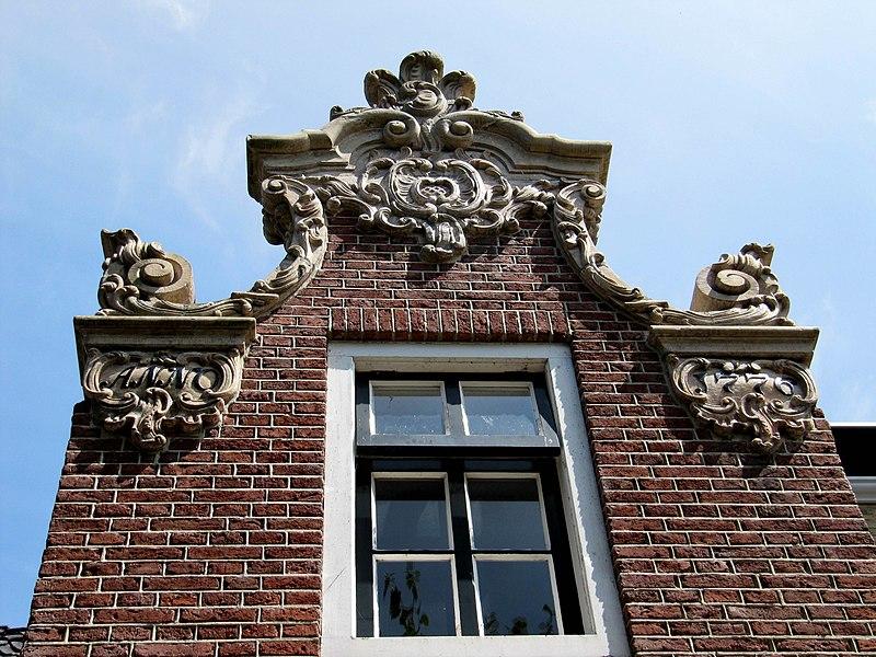 Huisje onder verdieping gepleisterde voorgevel waarin deur met gesneden kalf in lodewijk xiv - Garderobe stijl van lodewijk xv ...