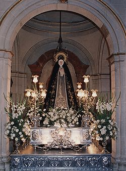 Carroza antigua de Nuestra Titular en la Semana Santa 2003, en la actualidad se guarda en el Exconvento.