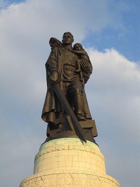 Datei:Soviet Cenotaph Berlin Treptower Park.JPG