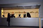 Stadtkulturpreis Hannover 2013 (036) Die Garderobe zu Beginn der Veranstaltung, jugendliche Bedienstete mit schwarzer Weste über weißem Hemd.jpg