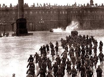 7 novembre : révolution d Octobre. Invasion du Palais d Hiver reconstituée en 1927 par Sergueï Eisenstein.