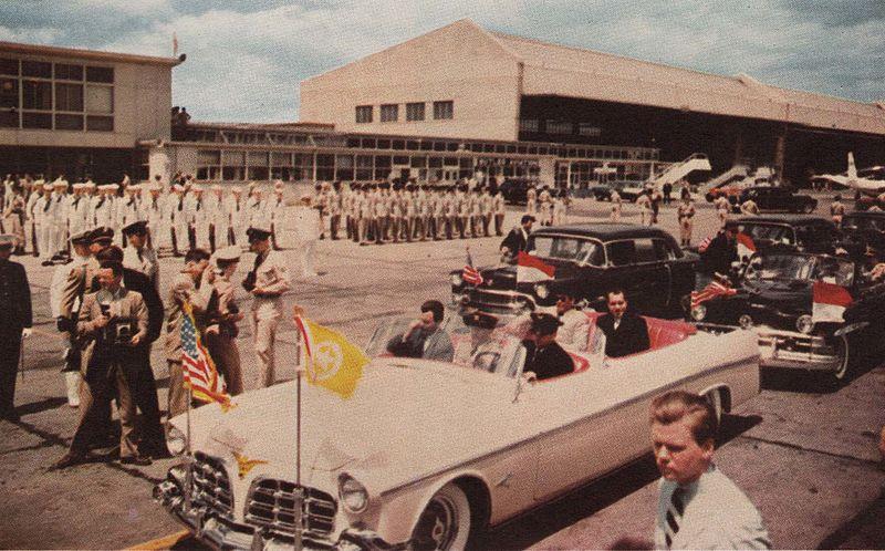 File:Sukarno and his convoy leave the airport, Presiden Soekarno di Amerika Serikat, p13.jpg