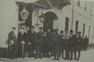 Suwałki Agreement - Attendees of the Suwałki Conference, 1920, in front of the building of the conference.