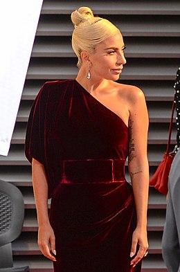 8e6be9fed Gaga atendendo ao red carpet do Festival de Cinema de Toronto no ano de  2018.