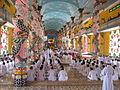 Tempel Cao Dai Innenansicht Tay Ninh Vietnam.JPG