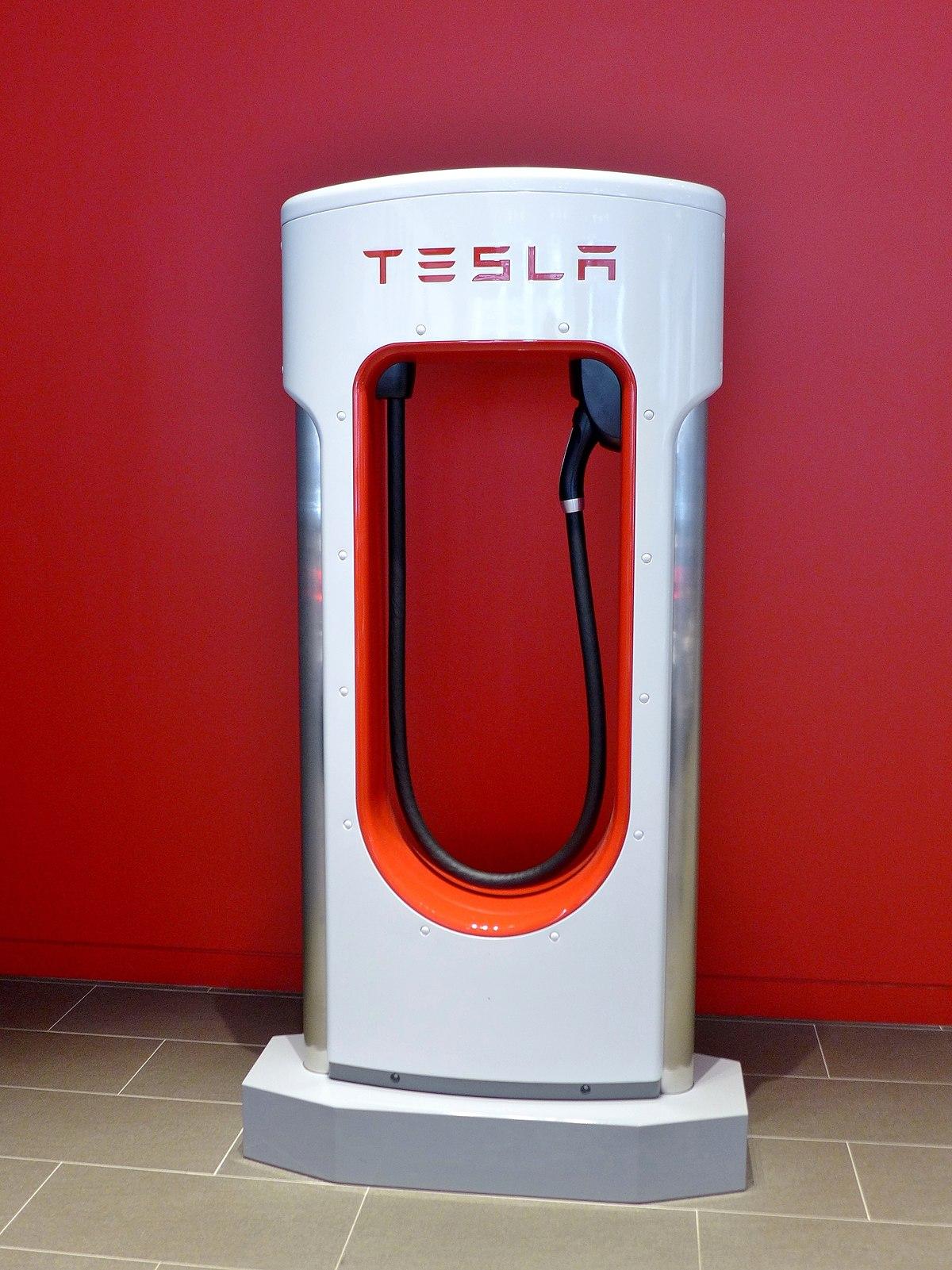 File:Tesla charging station, Sydney-Martin Place, 2017 (01 ...