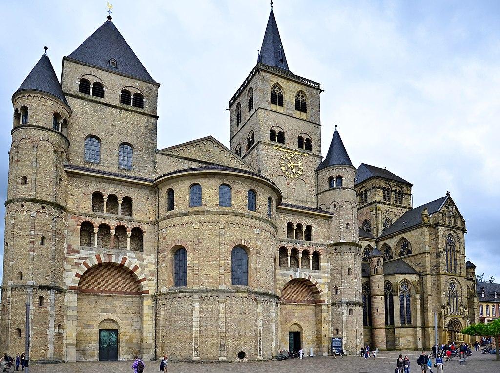 Dom St. Peter in Trier, Außenansicht. Rechts die Liebfrauenkirche; beide UNESCO-Weltkulturerbe.