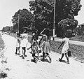 Tropenmuseum Royal Tropical Institute Objectnumber 20007611 Kinderen op weg naar school.jpg