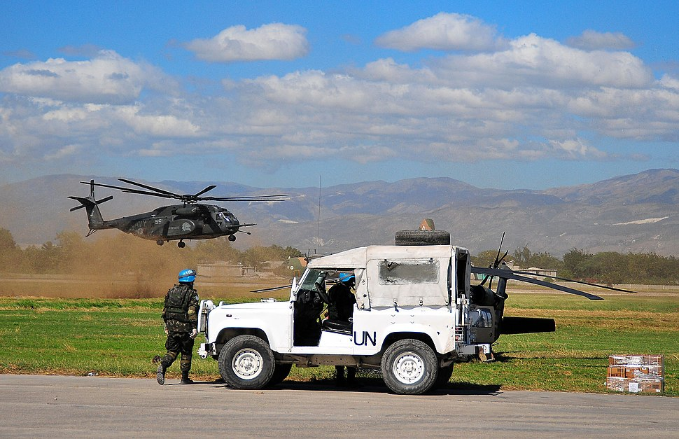 USN MH-53E lands supplies at Port-au-Prince 2010-01-16