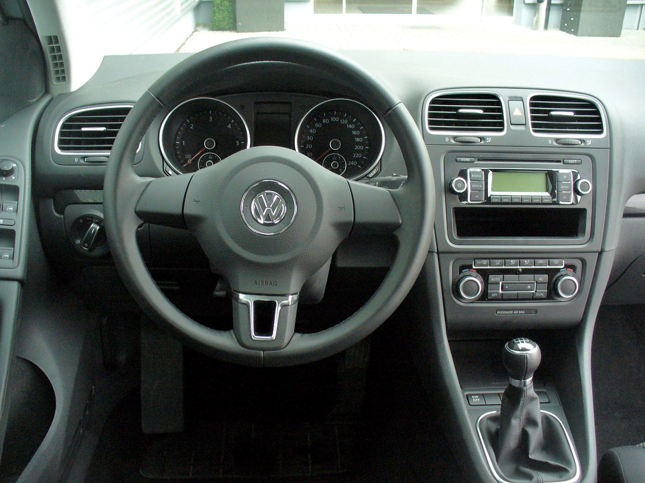 file vw golf vi 1 6 tdi comfortline reflexsilber interieur jpg wikimedia commons. Black Bedroom Furniture Sets. Home Design Ideas