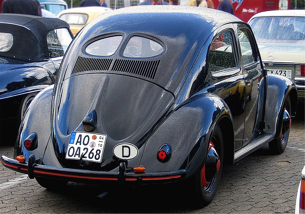 El primer Volkswagen type 1 que se fabricó (hacia 1950).
