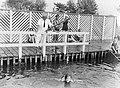 Van de Polls stiefdochter Hans krijgt zwemles, Bestanddeelnr 189-0640.jpg