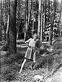 Van der Polls stiefdochter Renée speelt met een bal in een bos op de Veluwe, Bestanddeelnr 189-0500.jpg