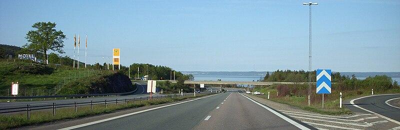 Lige frams ses Vättern.   Vejen blev etapevis indviet i 1960, 1964 og 1972 og regnes til en af Sveriges smukkeste motorveje.