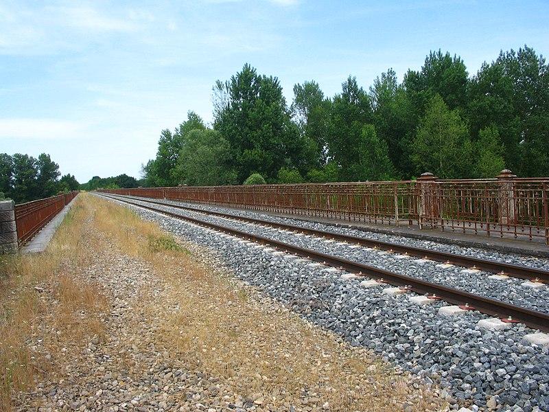 L'ancienne ligne de la Ferté Hauterive à Gannat franchit l'Allier à Contigny (03). A l'origine construite à double voies, son usage pour le trafic voyageurs fut extrêmement bref, de 1931 à 38.