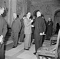Voorbereidingen. Prins Bernhard in gesprek met een van de leden van de hofhoudin, Bestanddeelnr 255-7268.jpg