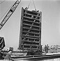 Wederopbouw Vlissingen Herstelwerk aan een haveninstallatie Optakelen van een , Bestanddeelnr 900-2586.jpg
