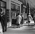 Winkelend publiek in de Rue de Rivoli, Bestanddeelnr 254-0303.jpg