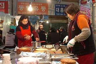 Gwangjang Market - Market vendors frying bindaetteok