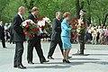 Ziedu nolikšana pie Brīvības pieminekļa, 2002-05-04.jpg
