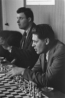 Zone-schaaktoernooi te Berg en Dal , 29. B. J. Withuis 31 + 33 B. Sliwa en dr. M, Bestanddeelnr 911-8007.jpg