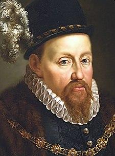 Um retrato de Sigismund II Augustus, em um chapéu preto com uma pena branca, um colar branco em seu pescoço, e um ornamentado corrente de ouro no pescoço.