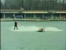 Archivo:'Doe-het-zelf'-waterskiën, dankzij de zgn. ski-scooter-32758.ogv