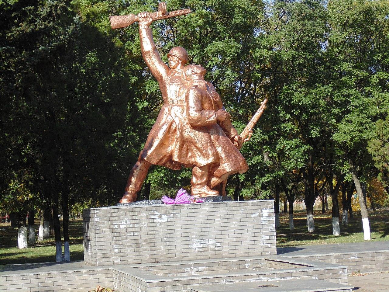 Братская могила советских воинов в г. Пологи