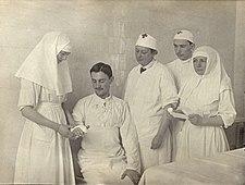 В. И. Гедройц наблюдает за перевязкой раненого.jpg
