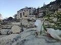 البيوت القديمة التي تقع بالقرب من عين النبي أيوب في حلحول - الخليل.jpg