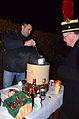2013-12-21 9. Nachbarschaftstreffen Schwalbenberg, Celle, Klaus Meyer schenkt im neunten Jahr kurz vor Weihnachten Glühwein satt aus.jpg