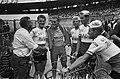 51e Tour de France, aankomst te Parijs, ploegleider Pellenaars feliciteert Jan J, Bestanddeelnr 916-6415.jpg