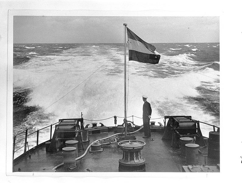File:Aan boord van een Nederlandse kruiser in het zuidwesten van de Stille Oceaan. De, Bestanddeelnr 935-0202.jpg