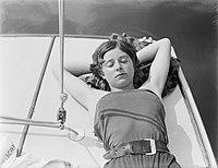 Actrice en model Cissy van Bennekom, slapend tijdens zeilen op de Loosdrechtse P, Bestanddeelnr 252-0557.jpg