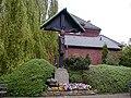 Aplerbeck, Kreuz vor St. Ewaldi Kirche, mit Pfarrhaus im Hintergrund - panoramio.jpg