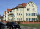 """Wohnanlage """"Beamtenhäuser"""" einschließlich Vorgärten und deren Einfriedung sowie der Platzsituation vor den Nr. 7–9"""