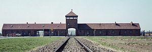 Entrada para Auschwitz II (Birkenau), o acampamento de exterminação principal. Foto de 2002.