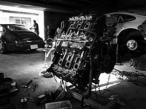 English: An Automobile Engine Français : Un mo...