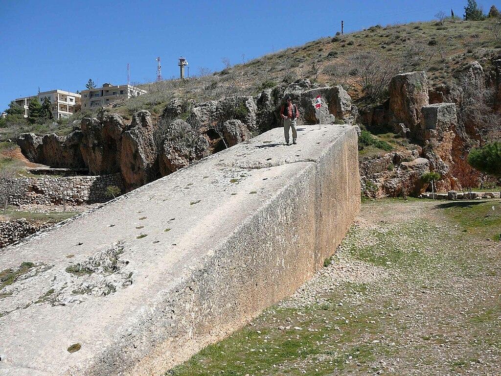 [Liban] Héliopolis : 2 (3) parmi les plus grands monolithes du monde 1024px-Baalbek-stoneofpregnantwoman