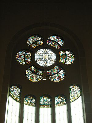 Rykestrasse Synagogue - Stained glass rose window at the southwestern gable of the nave.