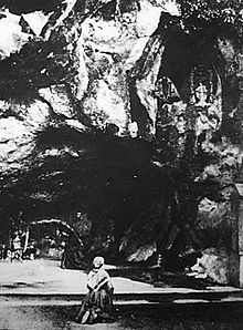 Bernadette alla grotta di Massabielle in una foto del 1863