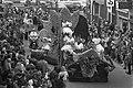 Bloemencorso in Hillegom een der praalwagens onderweg, Bestanddeelnr 927-1535.jpg